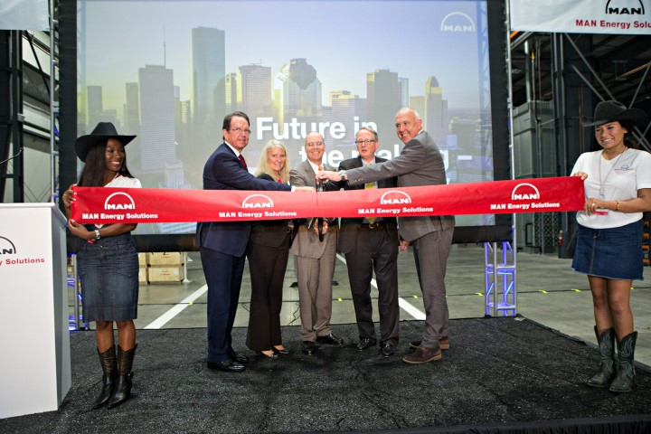 MAN-ES-USA_ribbon-cutting (Small)